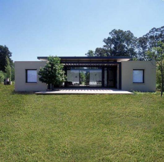 La propuesta: diseñar dos viviendas mínimas como pabellones, con vistas profundas a la cancha de polo. Las mismas se implantan en un parque proyectado por