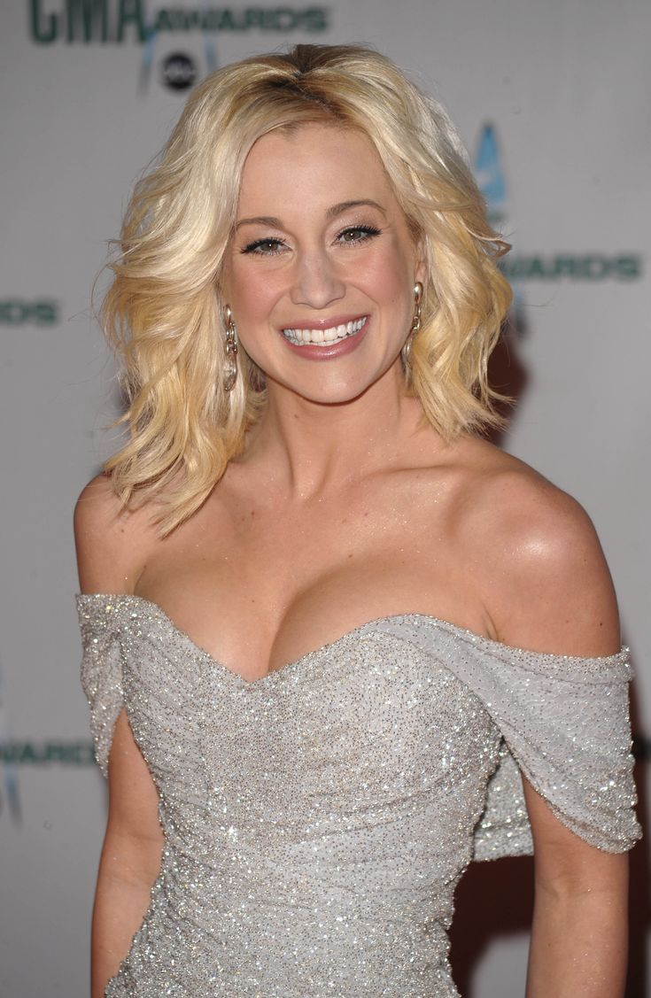 Great Hair Once Again at the 42nd CMA Awards – Carrie Underwood ...