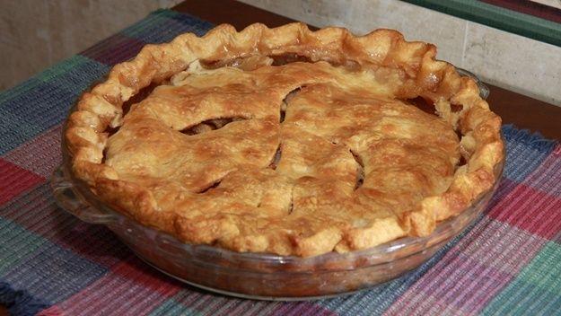 Mezi symboly americké kuchyně patří kromě hamburgerů a koblížků s dírkou také jablkový koláč. Apple Pie