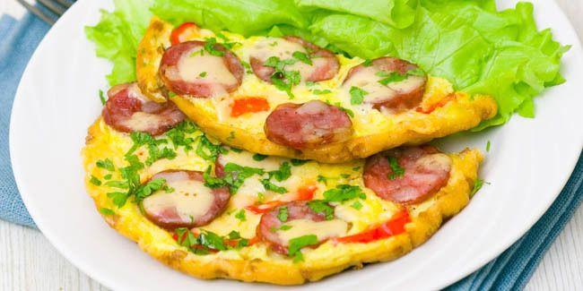 Vemale.com - Pizza tidak selalu hadir dalam bentuk roti. Anda bisa membuat pizza dari telur dadar yang diberi taburan irisan sosis.