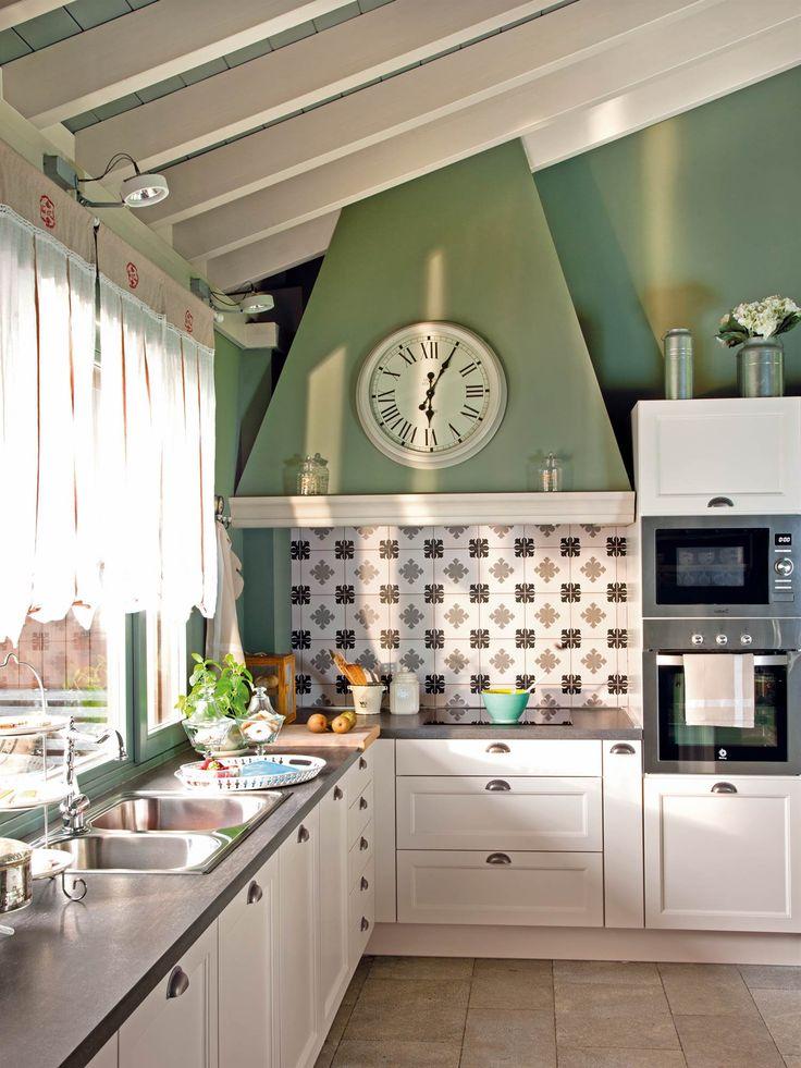 Cocina de campo con muebles blancos con tirador francés, pared y