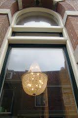Lamp achter gebogen venster in Haarlem, Nederland  (Trudi)