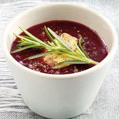 Kirschkonfitüre spielt die Hauptrolle in unserer roten Fondue-Sauce. Ingwer, Nelke und Rosmarin geben Würze.