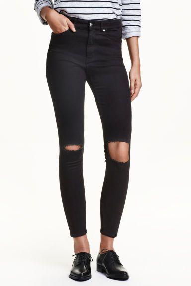 Skinny High Ankle Jeans: Jeans a 5 tasche in denim super elasticizzato con dettagli molto consumati. Lunghezza alla caviglia. Gamba strettissima e vita alta.