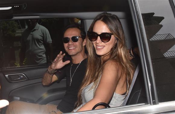 Marc Anthony su esposa Shannon De Lima saludan desde un auto en San Juan, Puerto Rico, el 13 de septiembre de 2015.¿Nos sigues en Facebook?