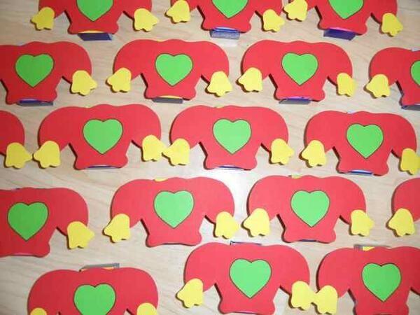 Kabouter Plop traktatie van Hippe Traktaties ! Trakteerideetje: Plopmuts met een doosje rozijntjes erachter !! http://www.hipperdepip.com/verjaardag_traktatie/verjaardag_traktatie_bekendefiguren/traktatie_kabouterplop_muts