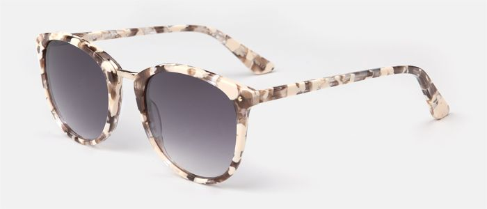 Gafas de sol para mujer, de pasta en color rosa perlado con puente de metal plateado y lente rosa espejada.  Entra en multiopticas.com y pruébatelas.