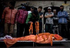 3-May-2015 6:17 - DODENTAL AARDBEVING NEPAL PASSEERT DE 7000. De politie in Nepal zegt dat het dodental van de aardbeving van vorige week zaterdag de 7000 is gepasseerd. Volgens de laatste telling zijn 7040 mensen aan de gevolgen van de beving overleden, 14.123 mensen raakten gewond. Daarvan liggen er 6512 in het ziekenhuis. De Nepalese minister van Binnenlandse Zaken zei gisteren dat de hoop op het vinden van overlevenden onder ingestorte gebouwen nagenoeg is verdwenen. Donderdag werden...