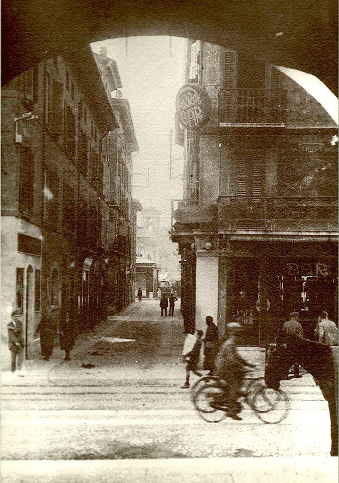 Via Fratelli Dandolo vista dai portici di Via Dieci Giornate - 1910 http://www.bresciavintage.it/brescia-antica/documenti-storici/via-fratelli-dandolo-vista-dai-portici-via-dieci-giornate/