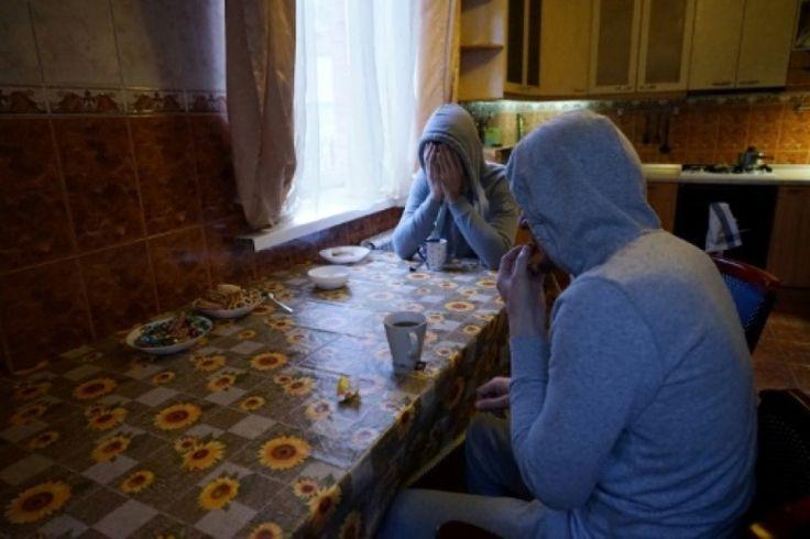"""Les persécutions contre les homosexuels, qui avaient cessé durant le ramadan, ont repris de plus belle en Tchétchénie depuis la fin de cette période de jeûne musulman, a affirmé vendredi l'ONG Russian LGBT network (réseau LGBT russe). """"Depuis la fin du ramadan, les détentions ont repris. Pendant le ramadan, il n'y en avait plus (...) Des dizaines de personnes nous contactent sur notre hotline. Ils nous disent qu'on essaie d'accuser les gays sous ..."""