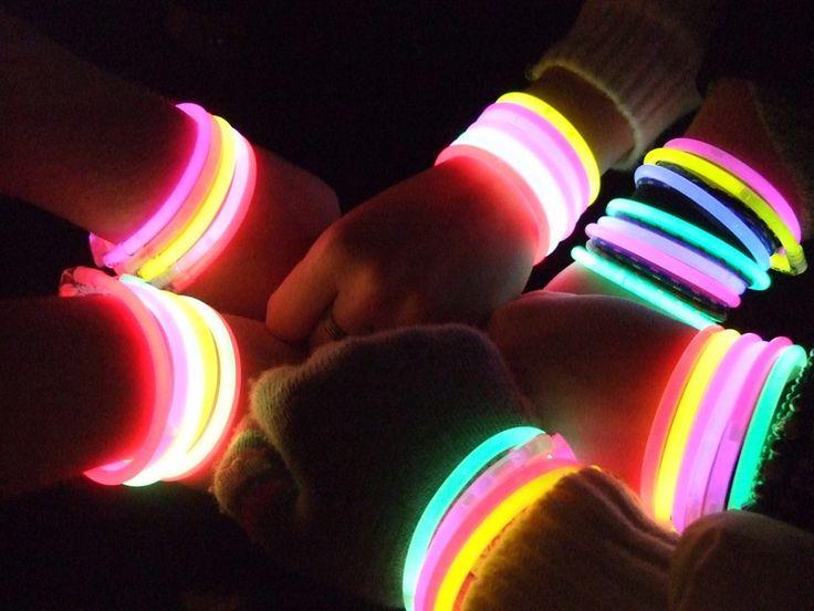 Braccialetti luminosi per feste. Disponibili in vari colori da scegliere. Luminosità per più di 13 ore. Ogni pacchetto contiene 100 braccialetti e 100 connettori. http://www.braccialettiluminosifluo.com/braccialetti-fluorescenti/8-braccialetti-luminosi-monocolore.html