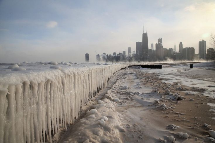 6 gennaio 2014. Costruzioni di ghiaccio lungo la sponda del lago Michigan vicino a Chicago, Stati Uniti
