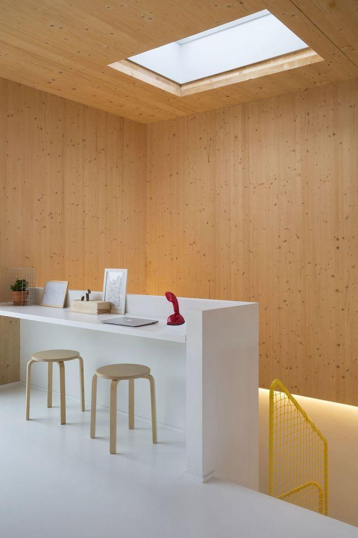 En images: la transformation d'un appartement casco en duplex scandinave où le bois donne le ton