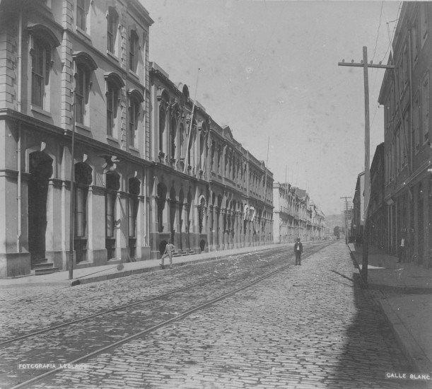 Calle Blanco de Valparaíso, 1888. Fotografía de Felix LeBlanc, Archivo de la Biblioteca Nacional.  - EnterrenoEnterreno