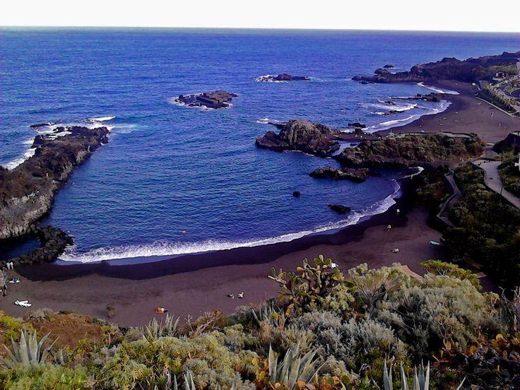 La Palma, azaz La Isla Bonita (Szép Sziget) becenevéhez méltóan az egyik legszebb, legváltozatosabb és kétségkívül a legzöldebb sziget a szigetcsoportban. Hatalmas, örökzöld babérlombú köderdei nem véletlenül kerültek fel az UNESCO Világörökség listájára. La Palma elsősorban a gyalogos turisták paradicsoma, két nagy európai turistaúttal (GR 130, 131), néptelen fekete homokos tengerpartokkal, kevés szállodakomplexummal – és …