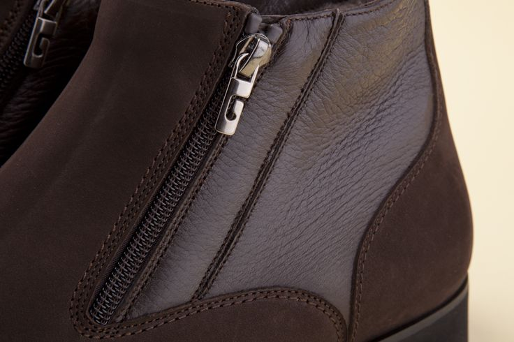 The hydro nubuck upper meets the elegant genuine deer leather quarter that enhances the profile of this essential boot. -  Il tomaio in pelle idronabuk incontra il raffinato riporto in vero cervo ad impreziosire il profilo essenziale della calzatura. - http://store.pakerson.it/men-ankle-boots-34161-dark-brown.html