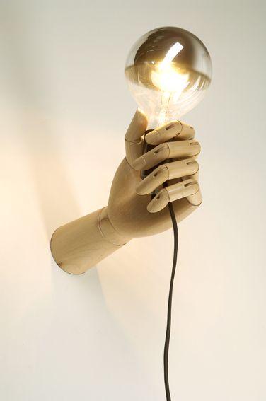 Fazer com luva cheia de geso, ou algo do tipo , colocar a luca com alguma coisa q endureça dentro, no molde da mão segura a lampada e assim dps de seca, é só tirar a luva, lixar o formato da mão e encaixar a lampada no formato que ficou no buraco da mão - Love!!! luminaria @Valentino Fialdini