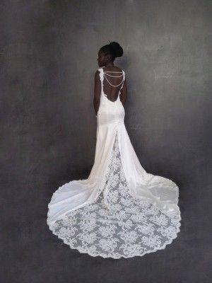 Une robe siréne à très très longue traine pour Sophia.  Une robe qui épouse parfaitement sa silhouette avec un dos nu plongeant orné de perles.  La dentelle de Calais rebrodée rehausse le satin de soie et vient se finir avec une immense traine entièrement de dentelle de Calais.