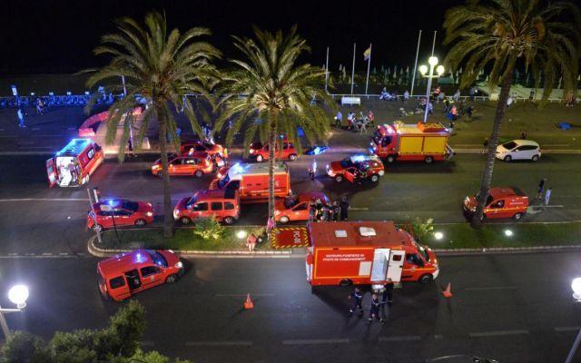 """FRANCIA, ATTENTATO A NIZZA: 84 MORTI E MOLTI FERITI DI VARIE NAZIONALITA', TRA LE VITTIME MOLTI BAMBINI - DETTAGLI Uno dei testimoni ha parlato di """"quindici corpi a terra coperti con un telo blu"""". Sul lungomare della cittadina della Costa Azzurra si è scatenato il panico. Non si sa ancora se il camion sia stato f #nizza #attentato #vittimeeferiti"""