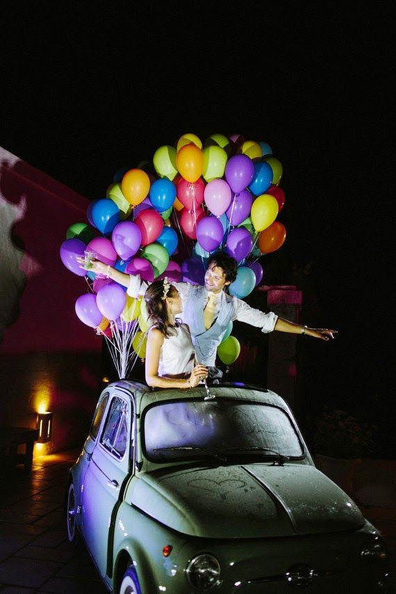 los #globos pueden aparecer en tu #boda en cualquier lugar cuanto más insospechado sea...mejor, esta idea para el #coche de #novios es genial!! flechazo @innovias!