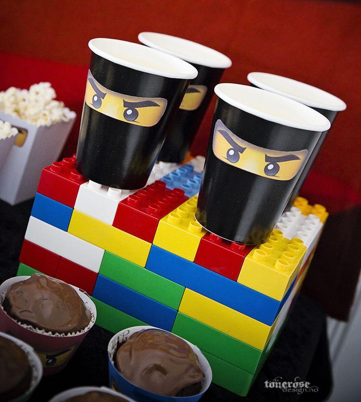 Ninjago birthday party. Use Duplo as cake stands on the sweet table! =)   Ninjago bursdag, bruk duploklosser til å få litt høyde på dessertbordet! =)