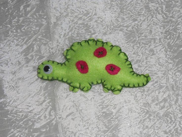 Dinosauro verde chiaro di feltro di Zucchero & Lana - Uncinetto e feltro - Fatti a mano su DaWanda.com