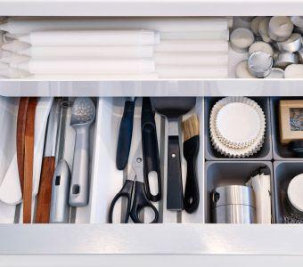 Detail otvorenej zásuvky IKEA so škatuľami, podložkami a stojanmi, ktoré udržia vo veciach poriadok.