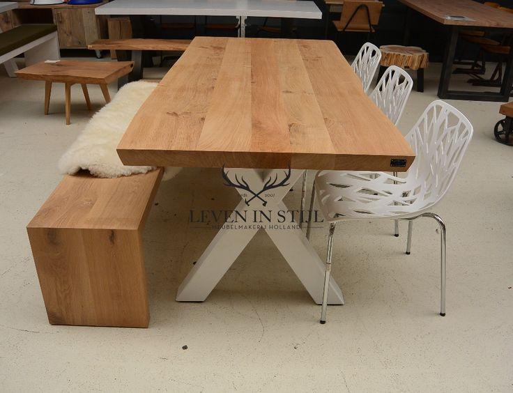 <p>Deze mooie robuuste tafel van massief eikenhout garandeert dat u een uniek meubelin huis haalt. De zichtbare nervenenknoesten geven een geweldig landelijk robuuste uitstraling. De stalen poten kunnen in elke gewenste kleur worden gepoedercoat.</p><p>Elke boomstam wordt speciaal voor u op maat gezaagd, daardoor is maatwerk bij ons een betaalbare optie.<br />U bent bij ons in de showroom van harte welkom om deze mooie tafel te komen bekijken en laten wij u graag de mogelijkheden qua…