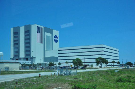 Gigantesco prédio de montagem de foguetes no Kennedy Space Center, no Cabo Canaveral, na Flórida - EUA. Apenas o quadrado azul da bandeira é do tamanho de uma quadra de basquete! http://www.1000dias.com/ana/kennedy-space-center/