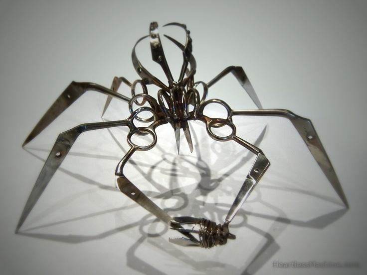 Железные пауки / Завораживающе страшные, опасные железные пауки, которых делает Кристофер Локк. Своим устрашающим видом они как бы подчеркивают, что связываться с ними не надо.