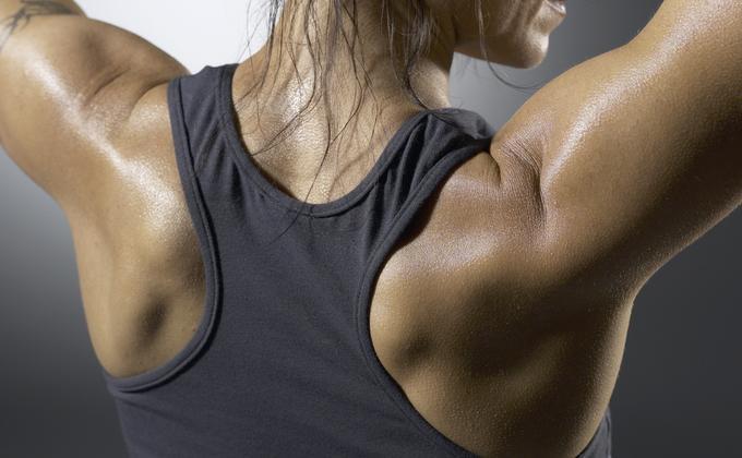 Mete los omóplatos hacia abajo y hacia atrás  Este consejo es genial para las dominadas, pero es más que eso. Deslizando tus omóplatos hacia abajo y hacia atrás antes de un ejercicio, como si los metieras en tu bolsillo trasero, podrás mejorar los resultados y protegerte de lesiones. Esto te ayuda a activar tus dorsales para ejercicios de tracción, trabaja tus pectorales de manera más completa en los ejercicios de empuje, mantiene tu pecho erguido durante las sentadillas y puede reducir el…
