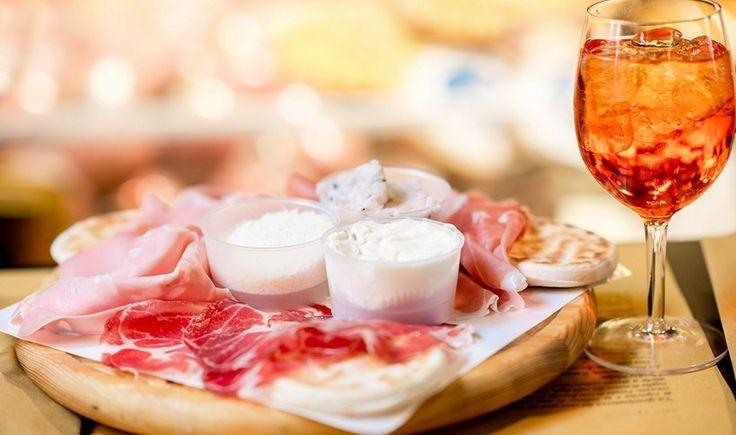 Πίνουμε σωστό εσπρέσο, δοκιμάζουμε χορταστικές μακαρονάδες και πίτσες από τον ξυλόφουρνο και δίνουμε ραντεβού για aperitivo σε 7 αγαπημένα στέκια που μας μεταφέρουν σε γειτονιές της Ρώμης, του Μιλάνου και της Νάπολης.