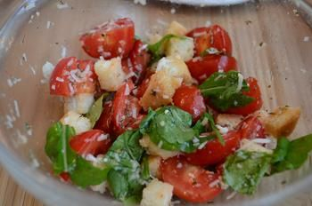 Салат с помидорами черри, сухариками и кунжутом