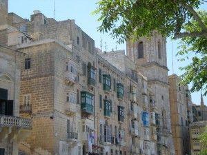 Les vieilles rues de #LaValette, entre clochers et balcons de bois peints... #Malte