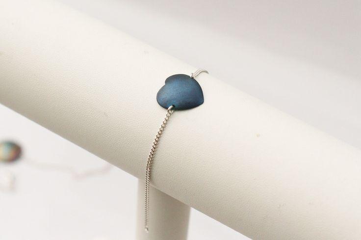 Delikatna bransoletka srebrna z tytanowym sercem w Arpelc Blue na DaWanda.com
