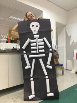 Esqueleto com rolinhos de papel