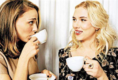 Coffee : Natalie Portman and Scarlett  http://legjobbkave.hu/igy-kaveznak-a-sztarok/