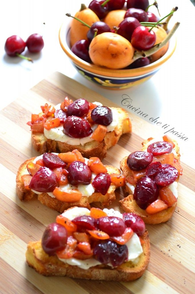 Bruschette con ciliegie e nespole