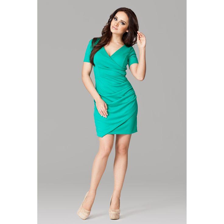 Rochie casual-eleganta,lungime medie,de culoare verde,cu decolteu in V,cu maneci scurte,stransa in partea stanga,de unde pornesc niste frumoase si elegante pliuri.Se poate purta la orice tip de eveniment,si de zi si de noapte.#rochiioffice