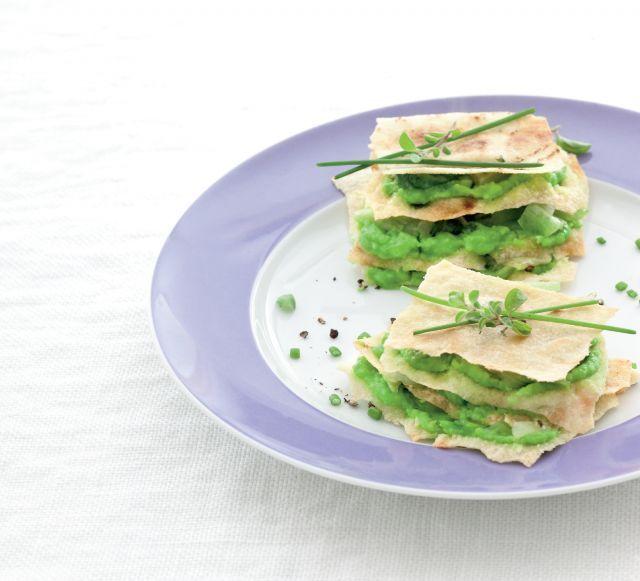 Piccole torri croccanti di pane carasau e crema di piselli. Ricetta di Diletta Poggiali, Foto di Laila Pozzo. Tratta dalla rivista Cucina Naturale.