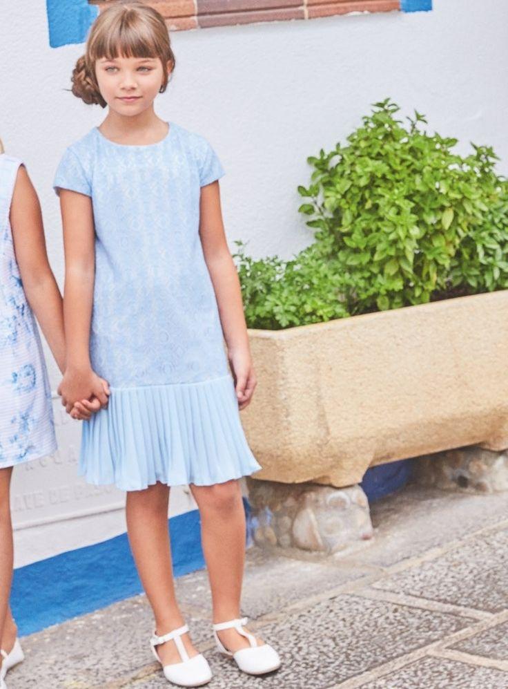 Vestido por la altura de la rodilla, con detalles bordados, en color azul cielo.
