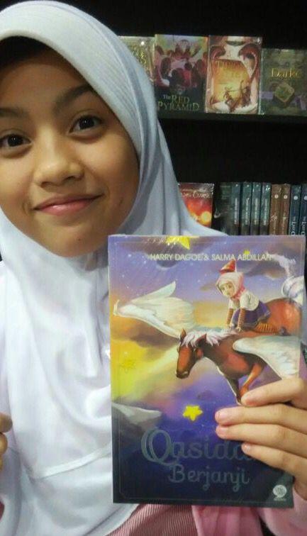 Foto dari gramedia Yogya. Dan hari ini juga di sana sudah kehabisan stok buku Fantasi Qasidah Berjanji!