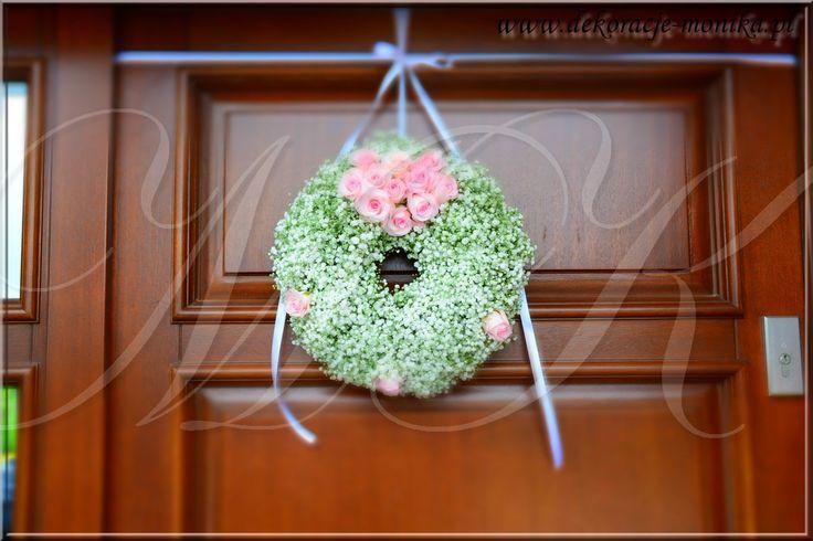 wianek z żywych kwiatów na drzwi wedding outdoors wedding outdoors ceremony