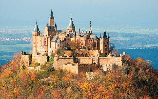 El Castillo de Hohenzollern está situado a 50 kilómetros de Stuttgart y está vinculado a la dinastía Hohenzollern, que gobernó Prusia y Brandemburgo hasta el siglo XX.  Su ubicación en una cumbre a 855 metros lo hacen de ensueño, aunque el que vemos hoy, es una reconstrucción homenaje a la dinastía, realizado en el siglo XIX.