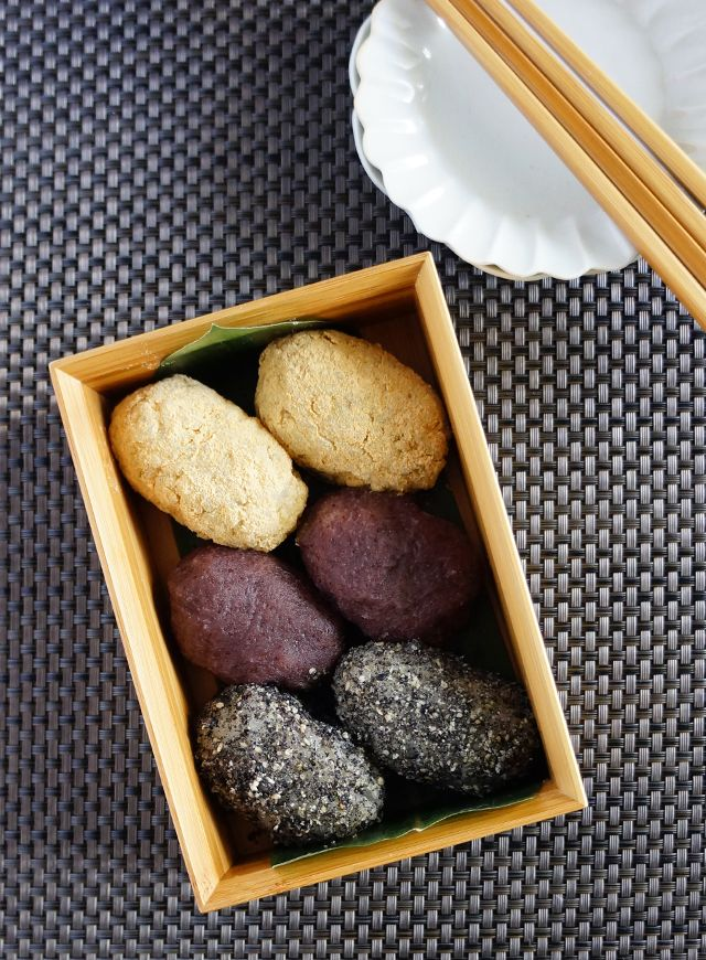 Ohagi, Japanese rice cake wrapped in soybean flour, sweet been paste, and sesame (from above) おはぎ(ぼた餅)、きな粉・あずき・ゴマ