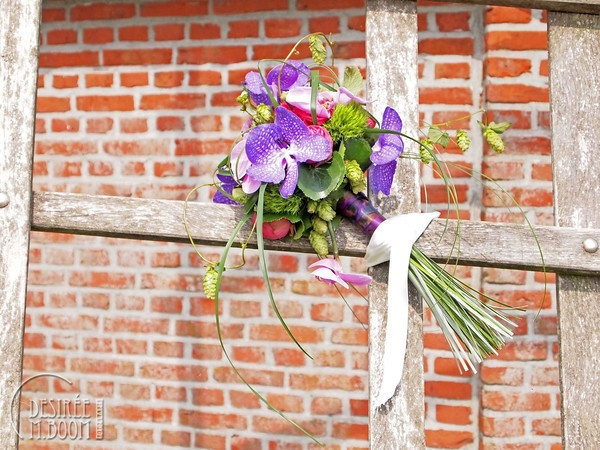 The bride's amazing bouquet, tied to the whip of a mill.  Bruiloften - Desirée M. Boom Fotografie