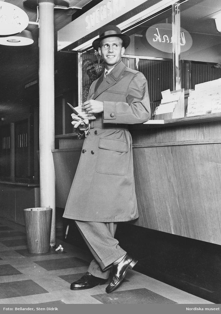 Ca 1950-1959. Modell i hatt, rock och Oxfordskor, lutar sig mot en disk. Fotograf: Sten Didrik Bellander