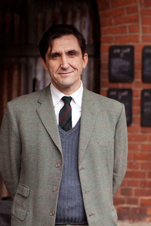 Call the Midwife S2 - Cast: Dr Turner (STEPHEN McGANN) Photo: Laurence Cendrowicz © Neal Street Productions 2012