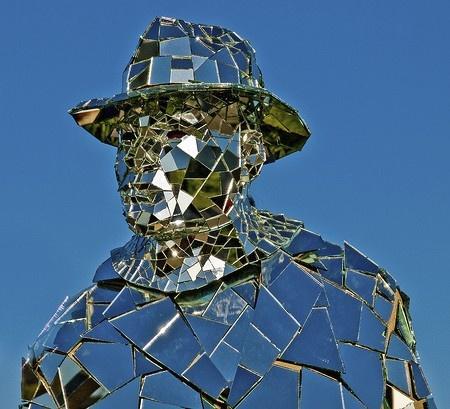 Homme Miroir- performance artist