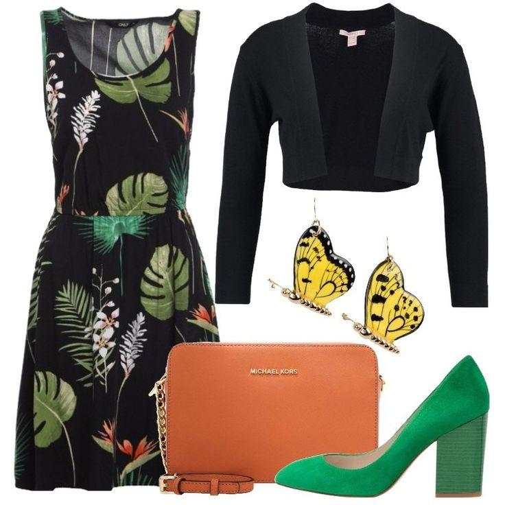 L'outfit è composto da un vestito con scollo tondo profondo, un cardigan nero, un paio di tacchi verdi scamosciati, una borsa a tracolla arancione e da un paio di orecchini.